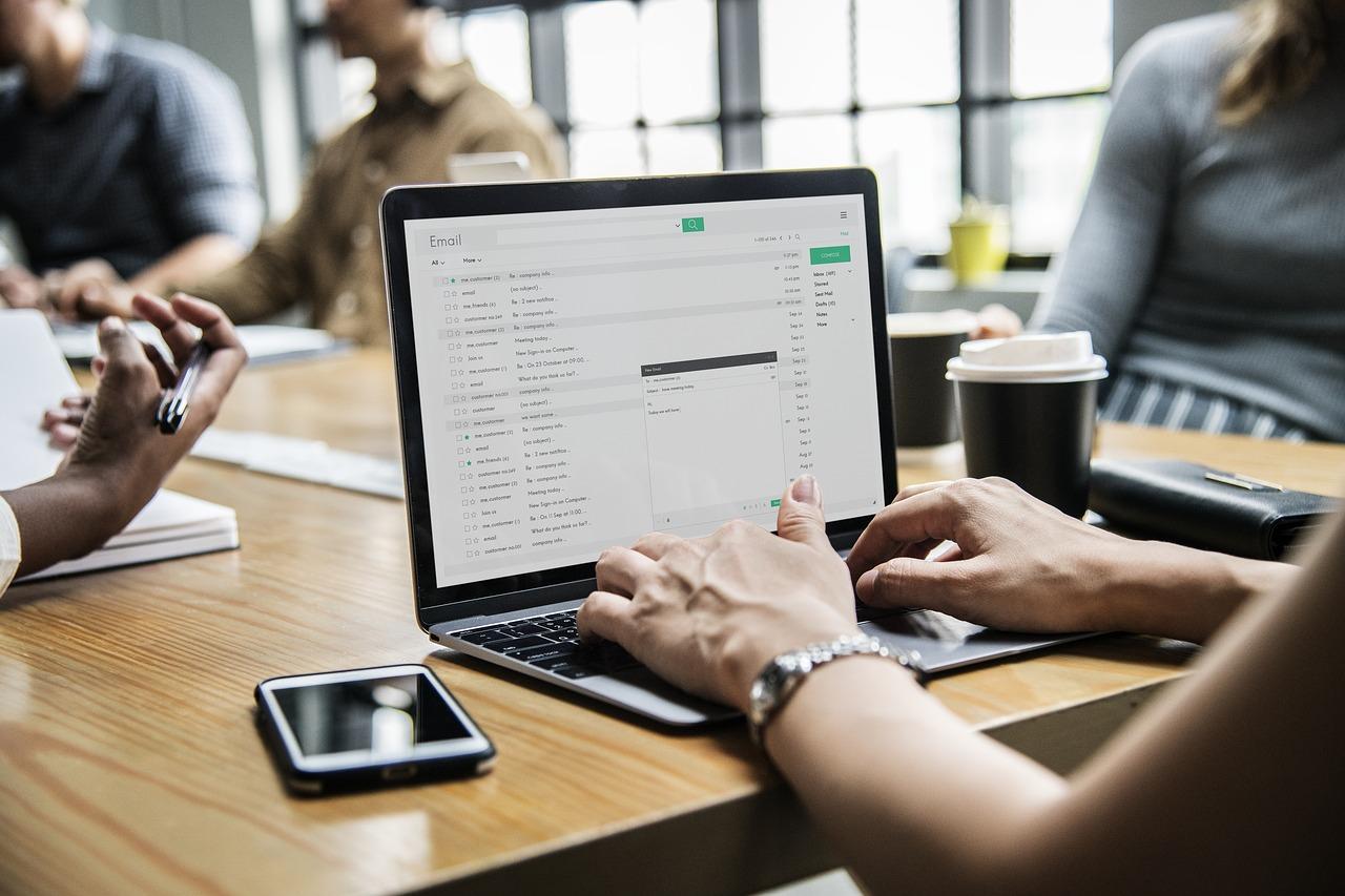 una empresaria aprovechando las ventajas de la transformación digital
